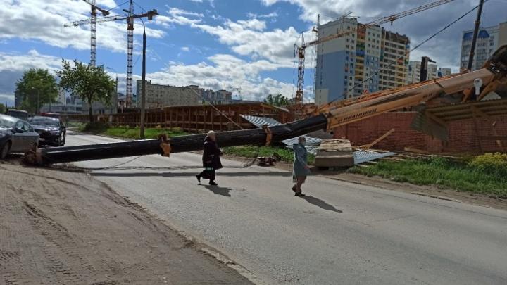 В МЧС рассказали подробности падения автокрана на проезжую часть в Самаре