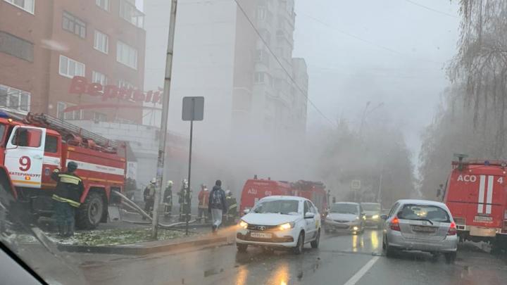 Пожарные вскрывают дверь: на Куйбышева загорелся магазин «Верный»