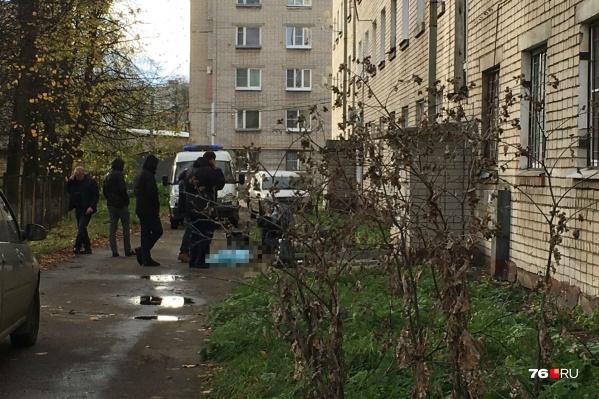 Тело нашли под окнами пятиэтажки