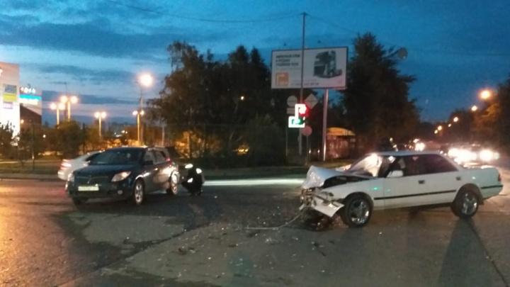 В Ленинском районе столкнулись «Тойота» и «Понтиак» — пострадала 3-летняя девочка