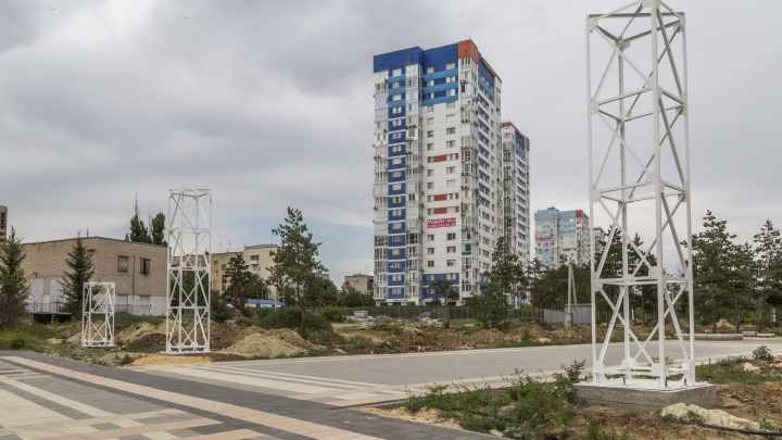 В Волгограде с опозданием на два года начали монтировать колоннаду на входе в ЦПКО