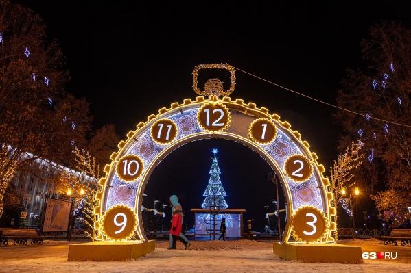 Город украсили к Новому году, но привычных мероприятий не будет