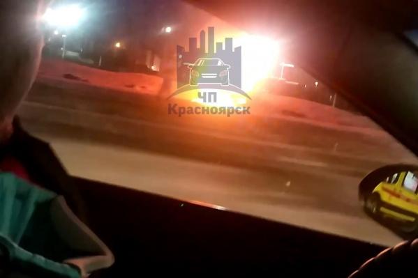 После аварии угнанный авто загорелся