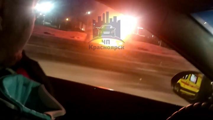Пьяный парень вместе с другом попытался скрыться от полицейской погони на угнанном авто и устроил ДТП с пожаром
