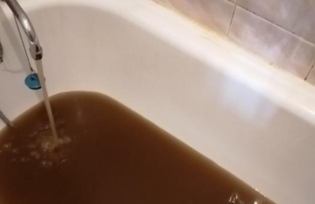 «Так сложилось исторически»: коммунальщики объяснили, почему у ярославцев течет ржавая горячая вода