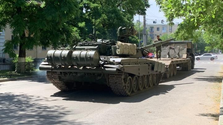«На асфальте уже появилась колея»: в центре Волгограда к вечерней репетиции парада расставили танки