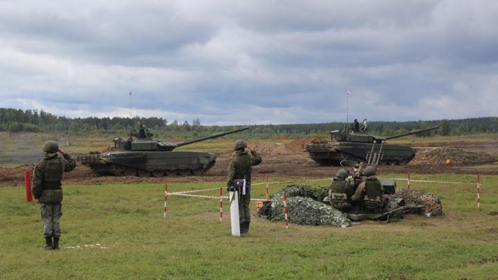 Стрельба, взрывы и катание на БТР: в Екатеринбурге отпраздновали День танкиста