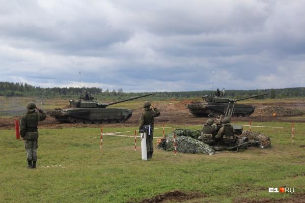 На полигоне устроили настоящий бой с участием танковых, мотострелковых, инженерно-саперных и разведывательных подразделений