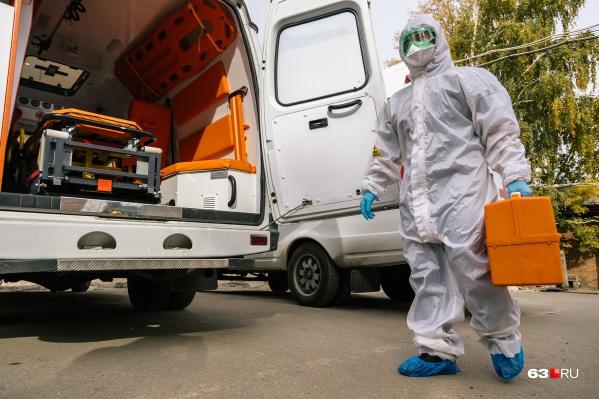 Пациентов перевозят в больницы спецбригады скорой помощи