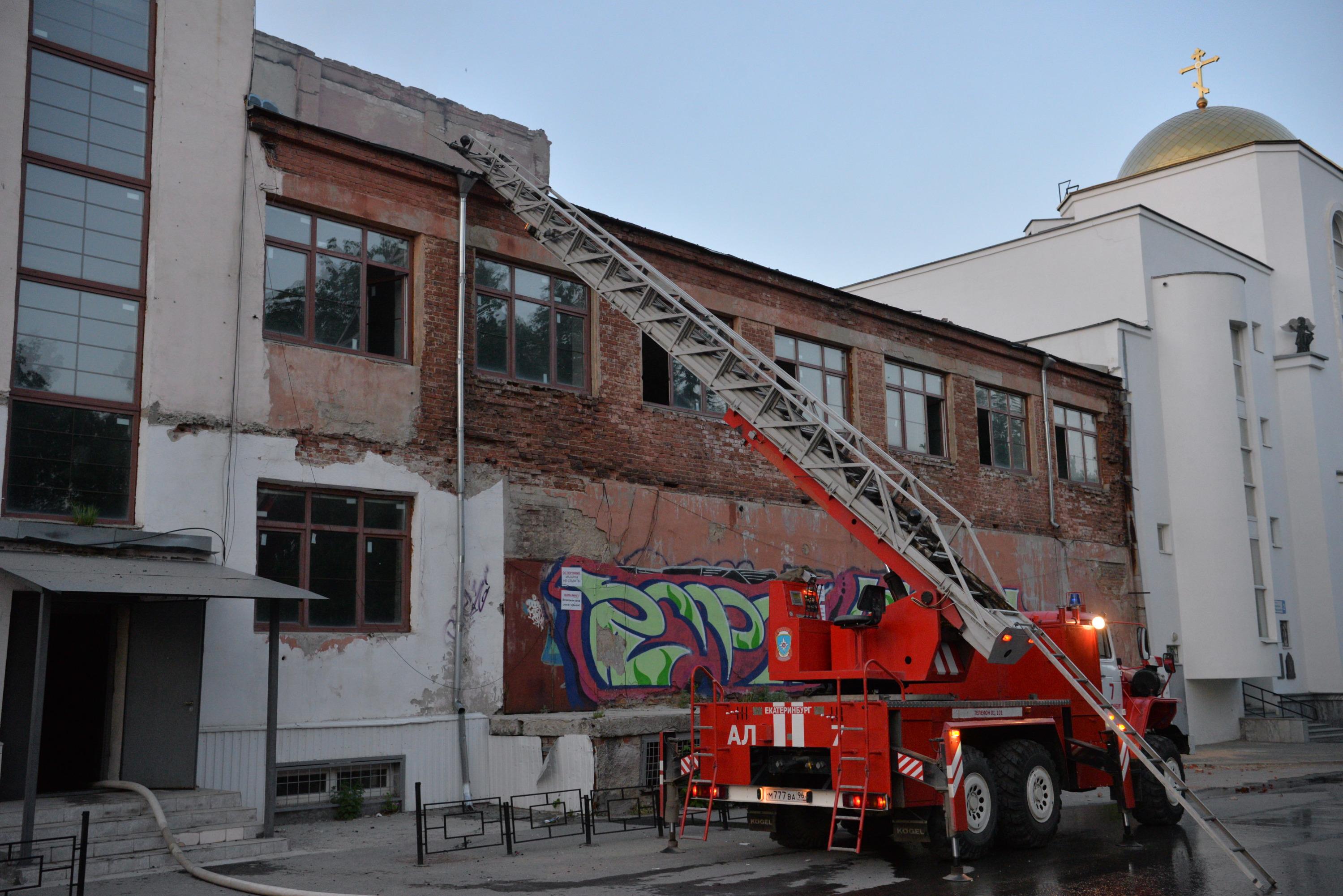 Конструкция здания не позволила пожарным с ходу добраться до очага возгорания