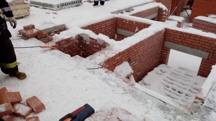 В Архангельске на стройке рабочий упал с 7-го этажа и разбился насмерть. Разбирается следком региона