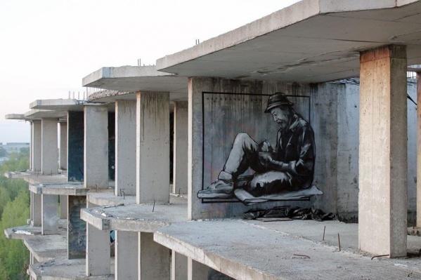 Если вам удастся его найти, то посмотреть на граффити можно будет и живьём. Только ни выходить из дома, ни тем более забираться на последний этаж заброшенной многоэтажки мы вам не советуем