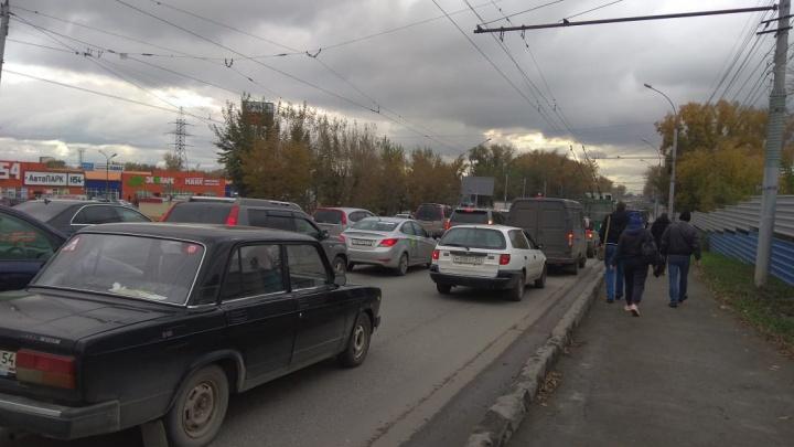 Кировский район встал в огромных пробках — пассажиры пошли пешком, водители играют в «Города»