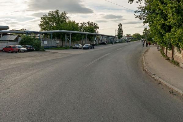 Родители устроили разборку на улице, которая находится на окраине города