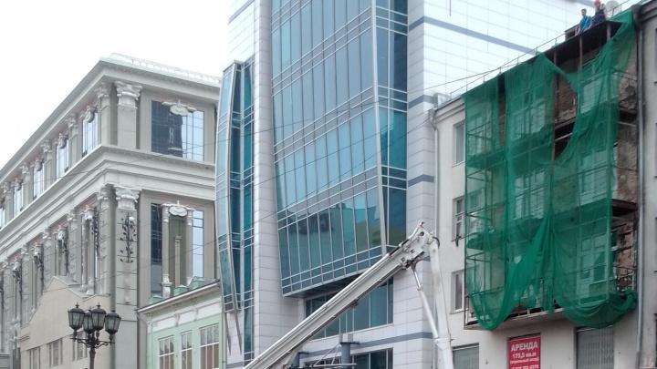 В самом центре Екатеринбурга мужчина упал с крыши здания