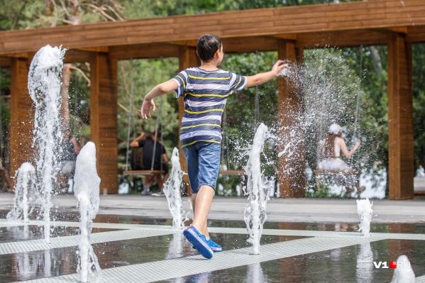 В Волгограде заработали фонтаны, которые охладят перегревшихся горожан