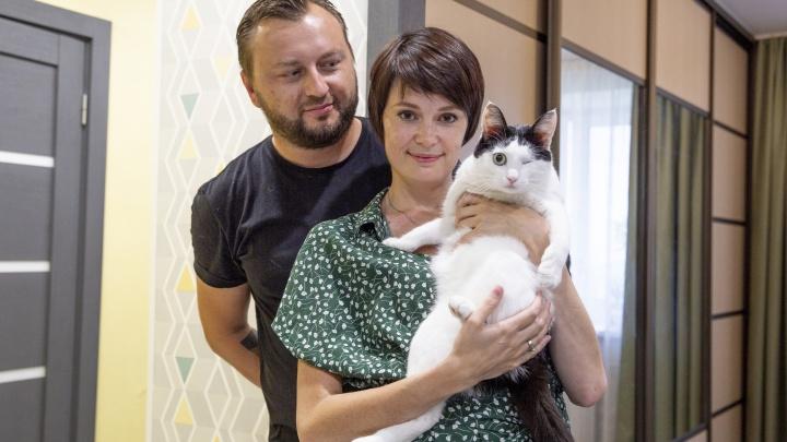 «Таких обычно боятся»: пара из Ярославля завела одноглазого котика. И он оказался очень полезным