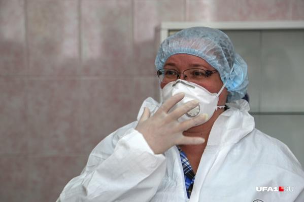 Наталья проверяет герметичность респиратора
