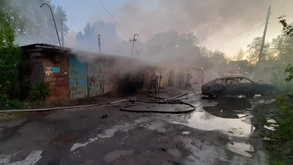 Пожарные проливают сгоревшие конструкции