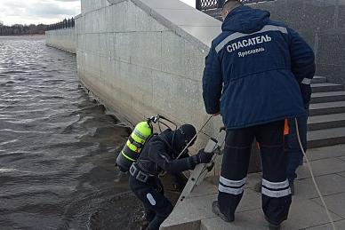 Спасатели подняли со дна Волги куски смытой набережной: фото