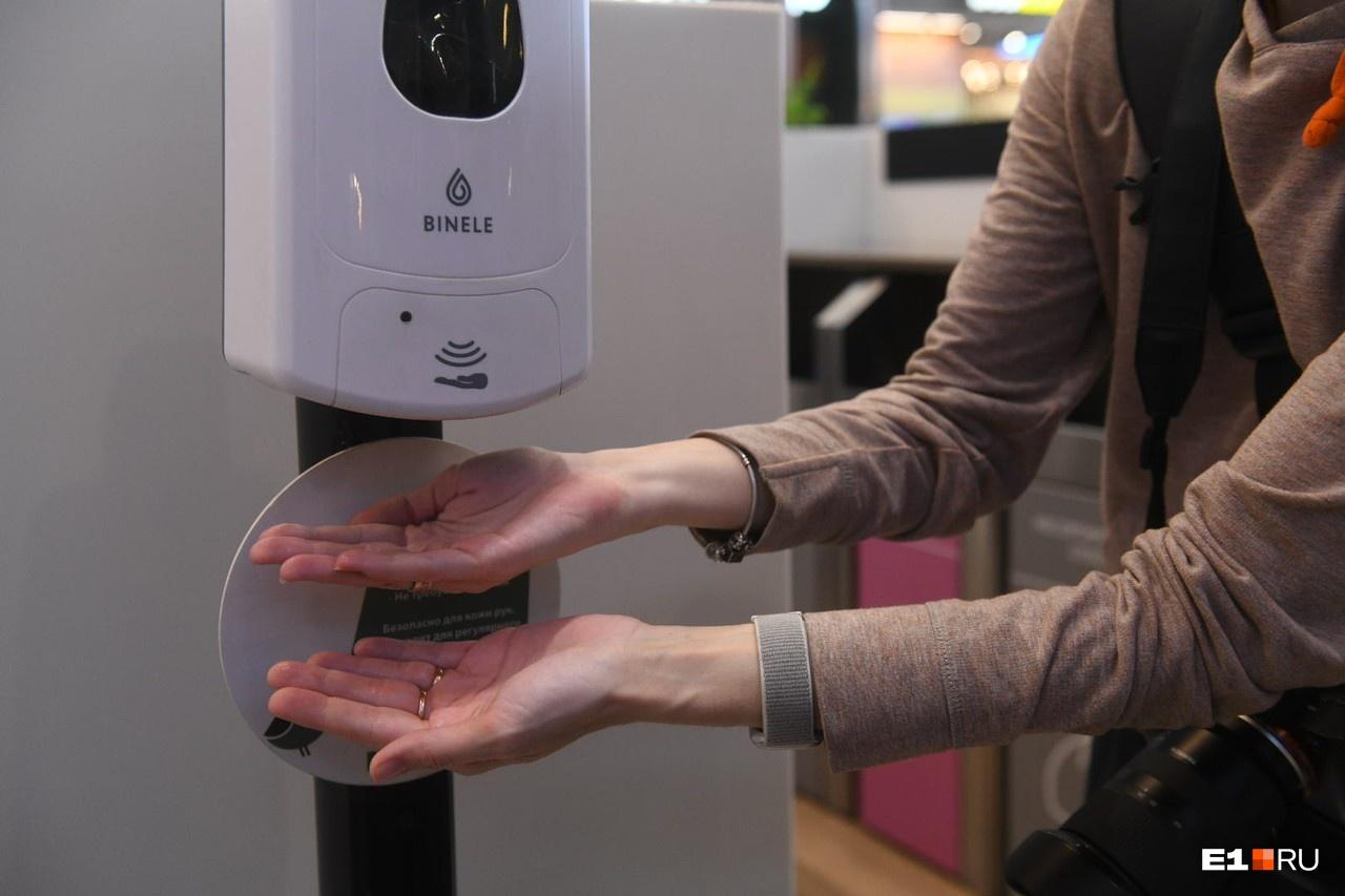 Фанатичное мытье рук по-прежнему считается одной из самых эффективных мер защиты: вирус долго живет на поверхностях и легко переносится руками