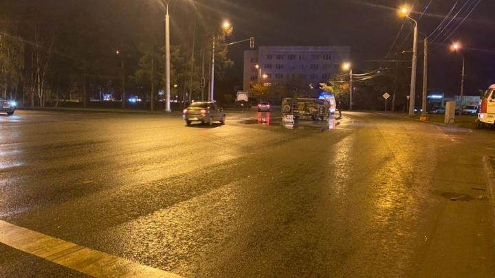 В Челябинске возле торгового комплекса перевернулась машина скорой помощи