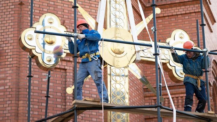 «Мы больше не могли тянуть»: в Волгограде подняли крест на главный купол Александро-Невского собора
