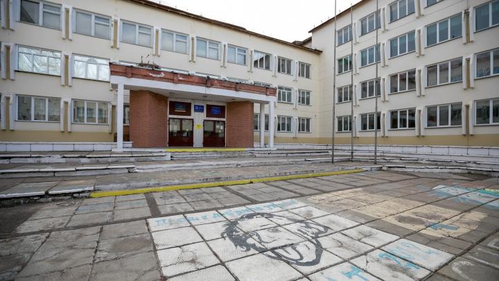 Стало известно о смерти третьего учителя в крае от COVID-19. В реанимации умерла 62-летняя женщина
