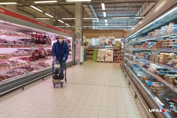 Сотрудник гипермаркета «Лента» строго соблюдает масочно-перчаточный режим