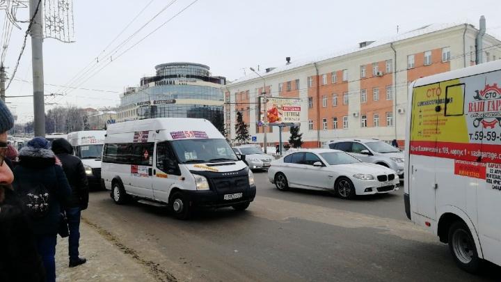 Жалобы писали конкуренты: перевозчик объяснил, почему возникли проблемы на маршруте до дач в Амуре