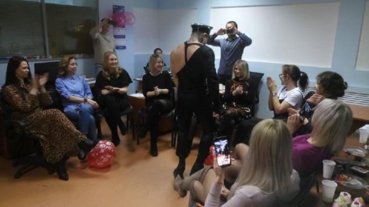 Утешительный приз на 8 Марта: в новосибирский офис заехал стриптизёр (видео — огонь!)