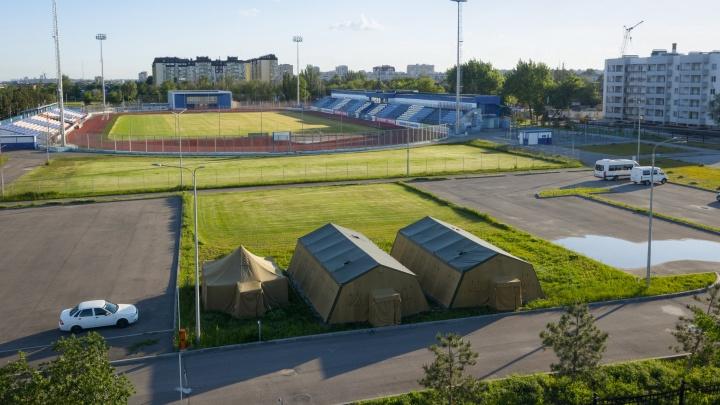 «Там всех проверяют на коронавирус»: военные поставили армейские палатки на стадионе Волгограда