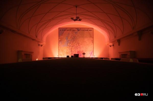Один из главных залов бункера в тематическом освещении