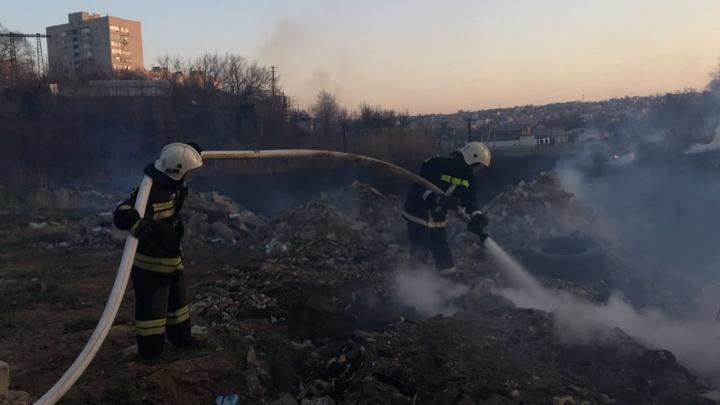 В Волгограде два часа тушили пожар в пойме Царицы