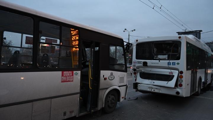 В Ростове 13 человек пострадали в аварии с двумя пассажирскими автобусами