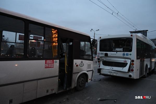 Водитель одного из автобусов не соблюдал дистанцию