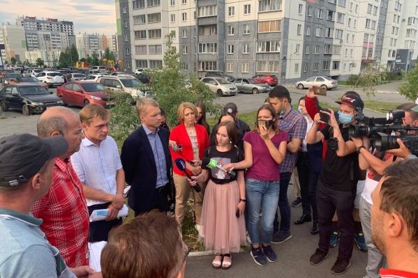 Больше половины из этой толпы на присланном читателем 74.RU фото— журналисты