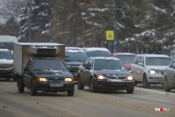 В Курганской области на многих трассах всё еще действуют запреты движения, так как дорожное покрытие пока не привели в норму