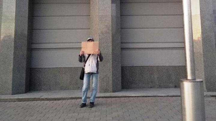 Омич устроил одиночный пикет у мэрии и потребовал вернуть льготные карты для оплаты проезда