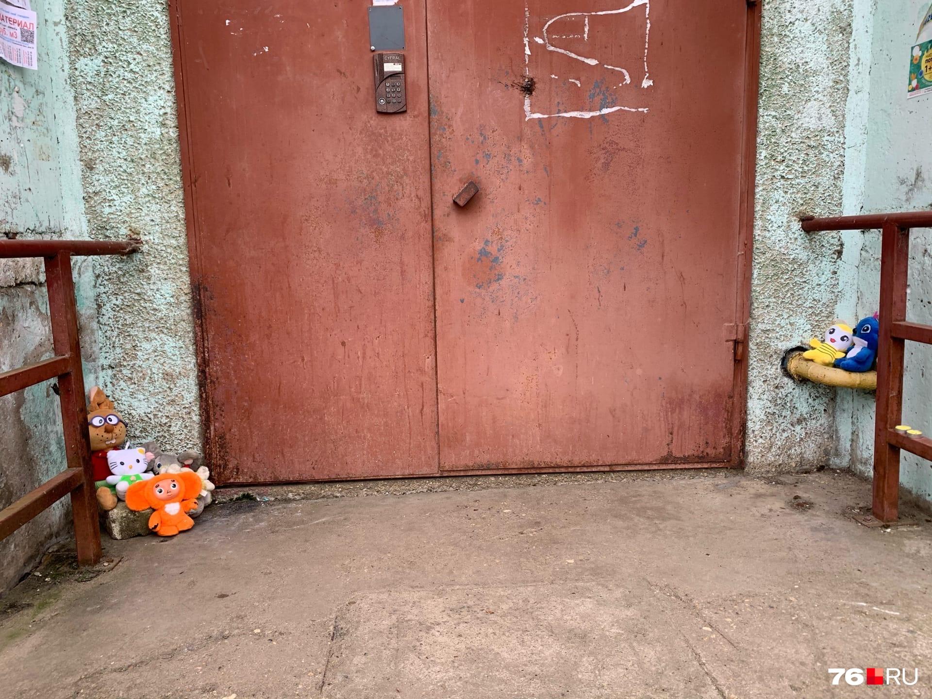 К месту трагедии сегодня несут детские игрушки