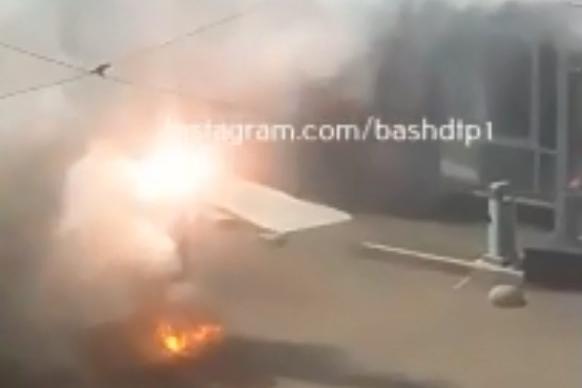 В Уфе рядом с торговым центром загорелись провода, очевидцы сняли видео