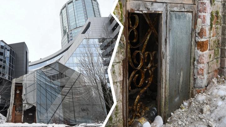 Грунтовые воды сорвали реконструкцию затянутого баннерами дома Гайдара у Ельцин-центра