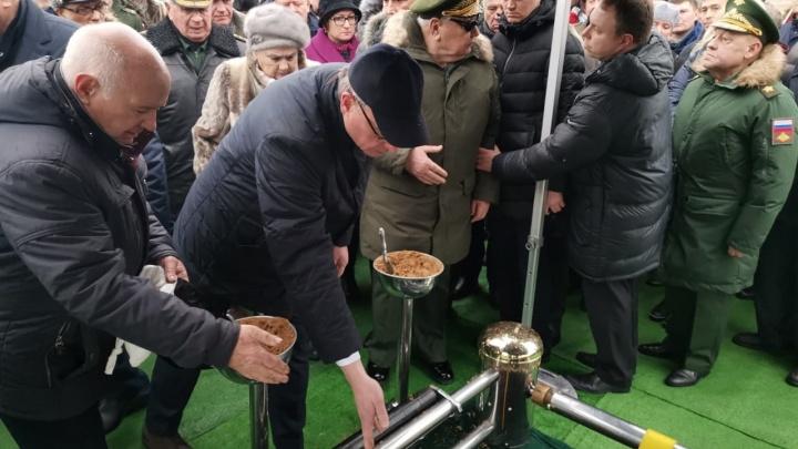 Бурков привёз на похороны Язова в Москву землю из Оконешниковского района