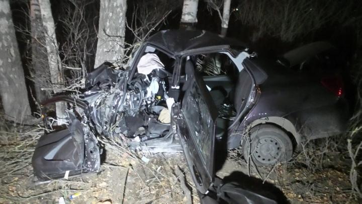 На Полевском тракте женщина за рулем Datsun на огромной скорости проехала по обочине и врезалась в дерево