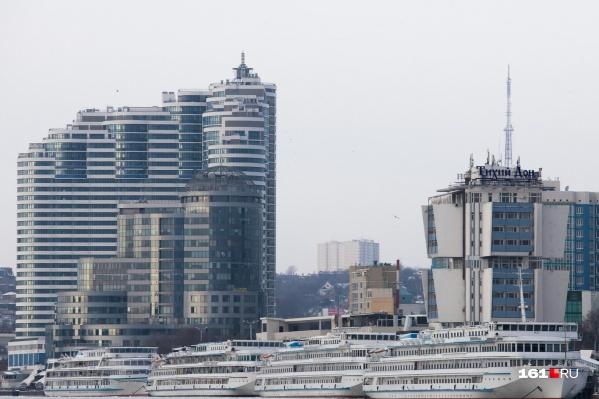 Слева на фото возвышается «Белый Ангел» — самое высокое в Ростове здание