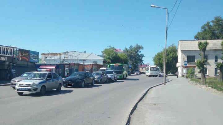 В Кургане ПАЗ устроил аварию с тремя легковушками