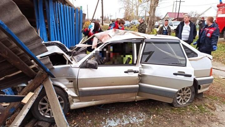 Под Сысертью водитель на Lada на большой скорости протаранил дом