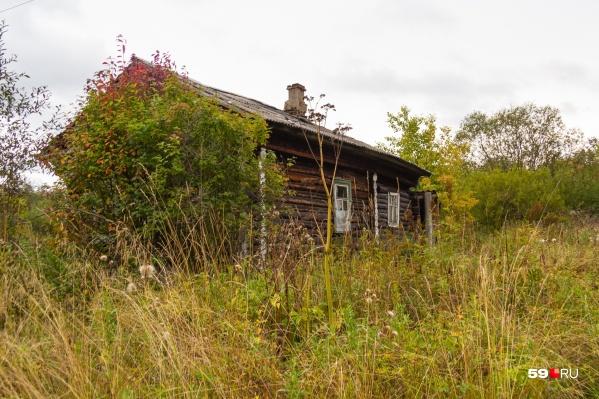 Заброшенный дом рядом с тем местом, где нашли тело девочки, — соседи говорят, что в день её пропажи компания отмечала там день рождения общего друга