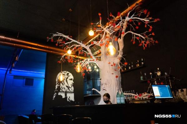 Чардрево с алыми листьями и красным соком разместилось у барной стойки