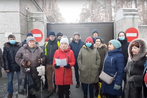 Запись видеообращение к Байдену обошлась Валентине Волковой (в красной куртке) в 20 тысяч рублей